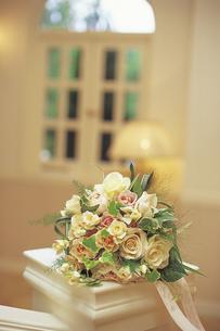 結婚式場のバラのブーケの写真素材 [FYI01925702]