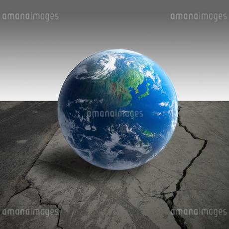 地球と地震の地割れの写真素材 [FYI01925819]