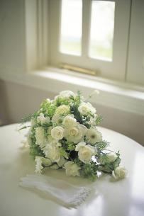 テーブルに置かれたバラのブーケの写真素材 [FYI01925902]