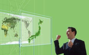 世界地図と白人男性の写真素材 [FYI01925964]