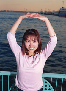 手でマルを作る女性の写真素材 [FYI01925980]