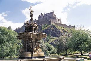エジンバラ城と噴水 イギリスの写真素材 [FYI01926058]