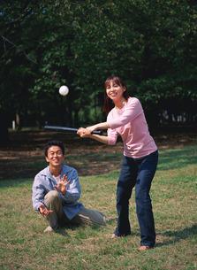 公園で野球をする男女の写真素材 [FYI01926184]