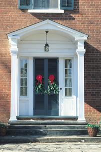 玄関ドアのクリスマスリースの写真素材 [FYI01926367]