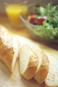 カットしたフランスパンの写真素材 [FYI01926429]