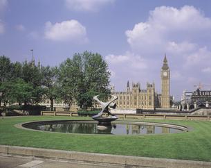 ロンドンの国会議事堂と噴水のある芝生 イギリスの写真素材 [FYI01926448]