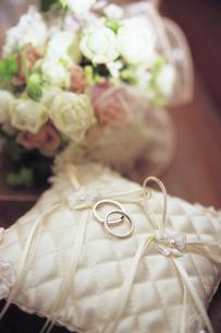 2つのリングとブーケの写真素材 [FYI01926452]