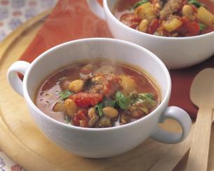 牛肉とトマトのスープの写真素材 [FYI01926465]