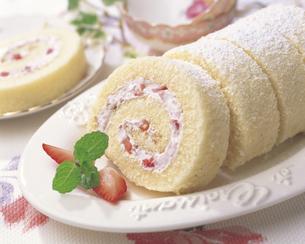 イチゴのロールケーキの写真素材 [FYI01926481]