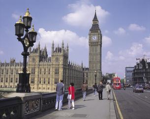 ロンドンの国会議事堂と川待ち行く人々 イギリスの写真素材 [FYI01926542]
