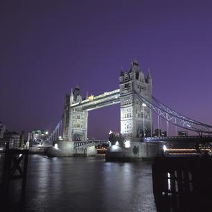 夜のタワーブリッジと川 イギリスの写真素材 [FYI01926562]