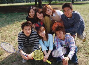 公園でラケットやボールを持って並ぶ男女の写真素材 [FYI01926628]