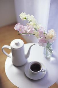 スイートピーとコーヒーとポットの写真素材 [FYI01926718]
