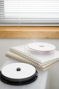 DVDとノートの写真素材 [FYI01926801]