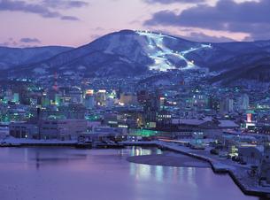 夜の小樽港と天狗山の写真素材 [FYI01926836]
