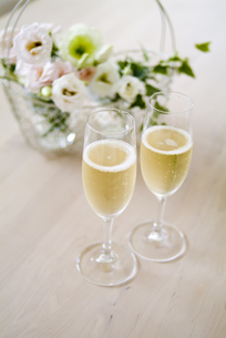 シャンパンとトルコキキョウの写真素材 [FYI01926843]