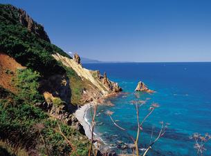 高島岬の赤岩海岸とトド岩の写真素材 [FYI01926857]