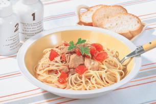 ツナとトマトのスパゲッティの写真素材 [FYI01926956]