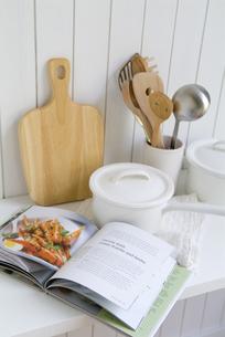調理器具と料理本の写真素材 [FYI01927011]