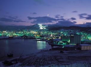 夜の小樽港と天狗山の写真素材 [FYI01927013]