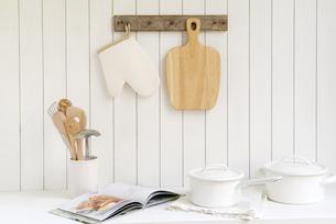 調理器具と料理本の写真素材 [FYI01927014]