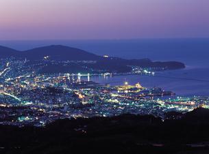 天狗山からの夜の小樽市街の写真素材 [FYI01927191]