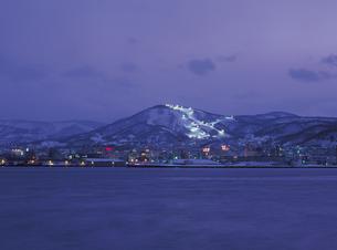 夜の小樽港と天狗山の写真素材 [FYI01927214]