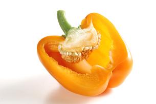 パプリカの断面(オレンジ)の写真素材 [FYI01927231]
