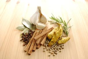 白胡椒とウコンとシナモンと八角とニンニクとローズマリーの写真素材 [FYI01927272]