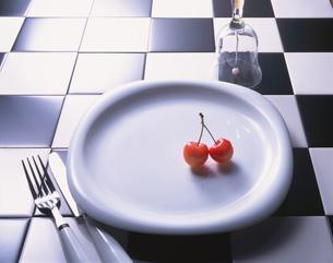 白い皿の上のサクランボの写真素材 [FYI01927440]