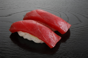 マグロの寿司 2貫の写真素材 [FYI01927504]