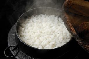 釜に入った湯気のたつご飯の写真素材 [FYI01927583]