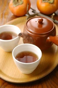 ほうじ茶と柿の写真素材 [FYI01927634]