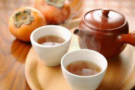 ほうじ茶と柿の写真素材 [FYI01927661]