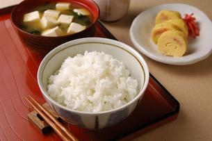 ご飯と味噌汁とだし巻き玉子の写真素材 [FYI01927664]