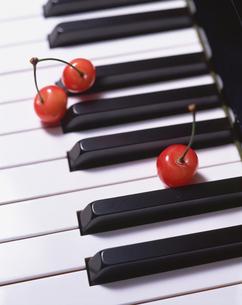 ピアノの上のサクランボの写真素材 [FYI01927698]