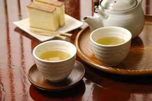 緑茶とカステラの写真素材 [FYI01927855]