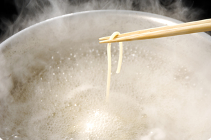 茹でたパスタを箸ですくうの写真素材 [FYI01927896]