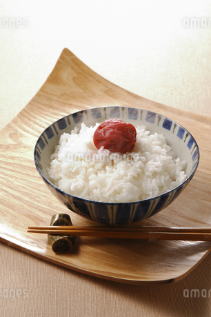 湯気のたつご飯と梅干しの写真素材 [FYI01927913]