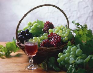 3種類のブドウとワインの写真素材 [FYI01927978]