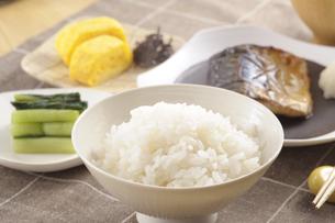 サバの塩焼きの朝食の写真素材 [FYI01927993]