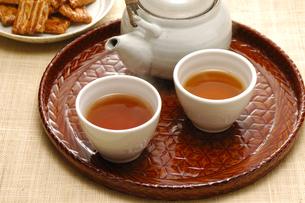 ほうじ茶とせんべいの写真素材 [FYI01928078]