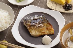 サバの塩焼きの朝食の写真素材 [FYI01928093]