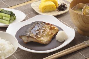 サバの塩焼きの朝食の写真素材 [FYI01928193]