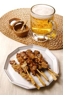 生ビールと焼き鳥の写真素材 [FYI01928228]