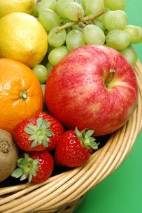 果物集合(イチゴ・レモン・オレンジ・りんご・ぶどう・キウイ)の写真素材 [FYI01928603]
