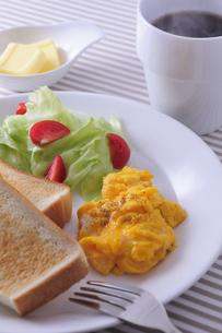 パンとサラダとスクランブルエッグとコーヒーの写真素材 [FYI01928612]