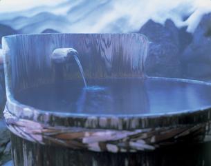 露天風呂の湯口の写真素材 [FYI01928646]