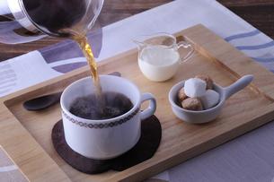 コーヒーを注ぐの写真素材 [FYI01928686]