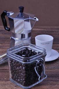 コーヒー豆とコーヒーカップとエスプレッソメーカーの写真素材 [FYI01928689]